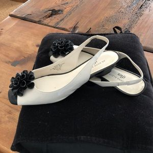 Elegant ivory/black patent leather slingbacksandal